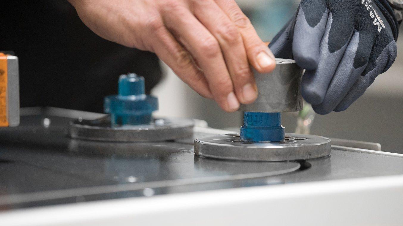 Sujeciones con guía impresas en 3D en una cadena de montaje automatizada de Pankl Racing Systems.