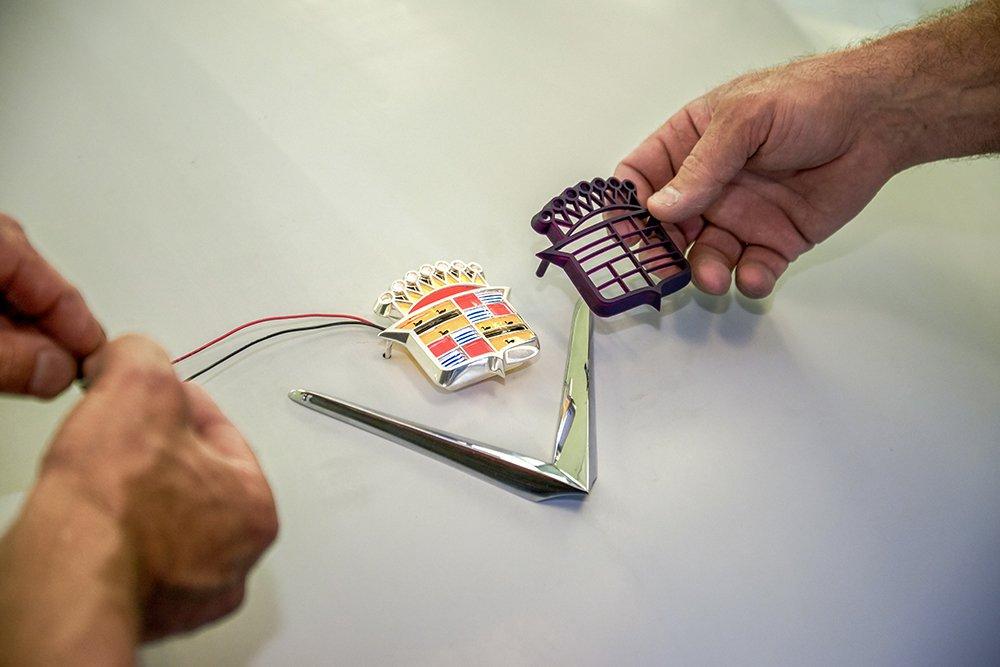 Il team di Ringbrothers ha usato Castable Wax Resin per stampare in 3D e fondere un emblema Cadillac per un'auto personalizzata.