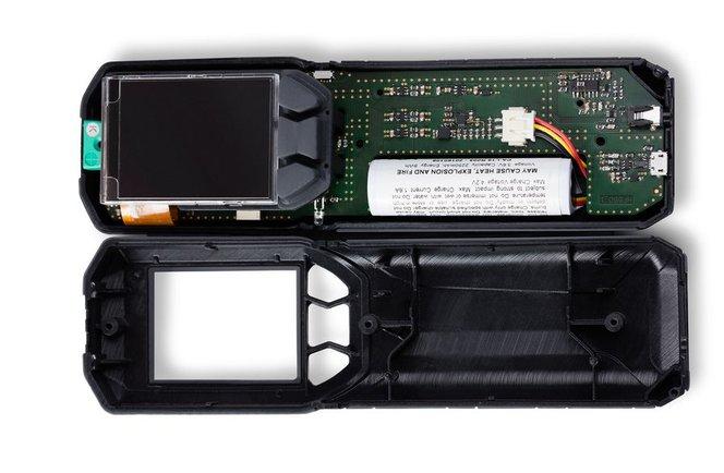Der Prototyp eines Feuchtigkeitsmessers von Wohler 3D aus mehreren Materialien mit steifem Gehäuse und Soft-Touch-Knöpfen.