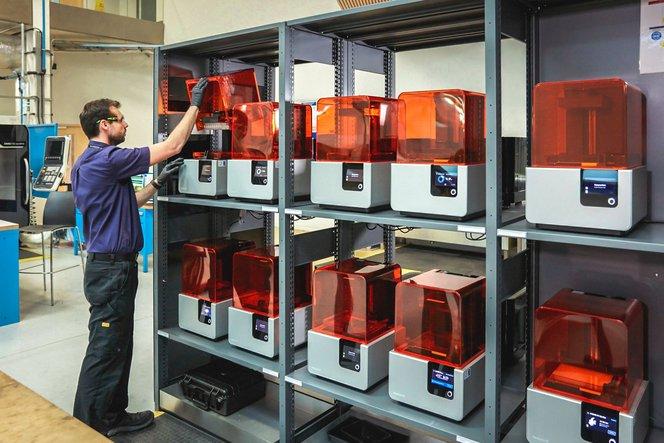 Die Design and Prototyping Group des Advanced Manufacturing Research Centre (AMRC) der University of Sheffield betreibt eine additive Fertigungsstation mit einer Flotte von 12 Form 2 Stereolithografie (SLA) 3D-Druckern.