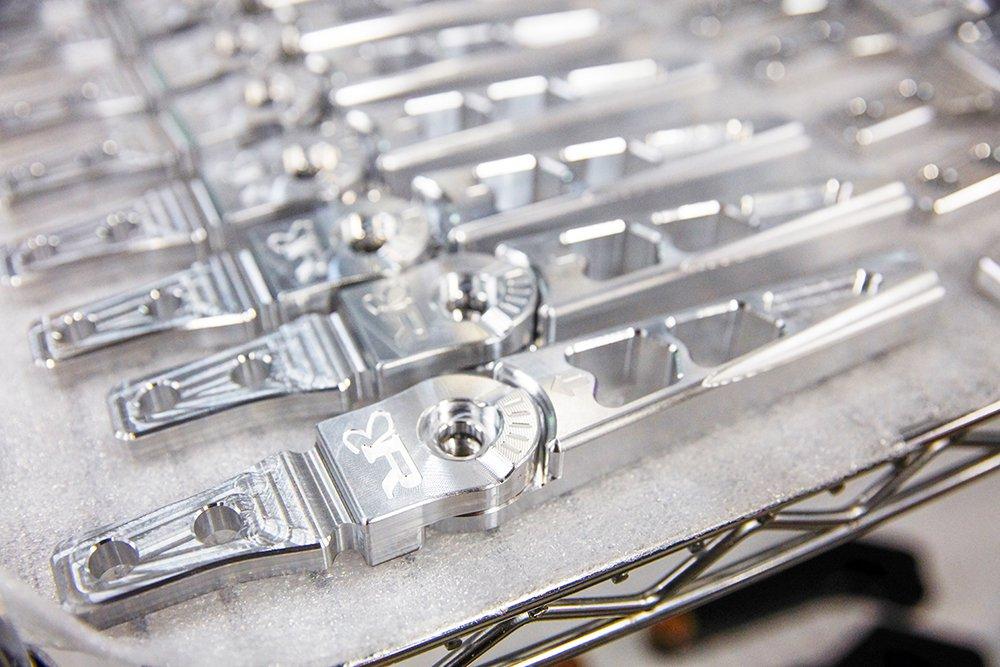 Ringbrothers produce una linea di accessori in billette di alta qualità, nonché pezzi personalizzati in fibra di vetro e carbonio.