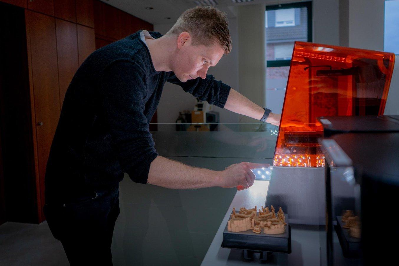 Stephan Kreimer utiliza una Form 3B en su laboratorio dental.
