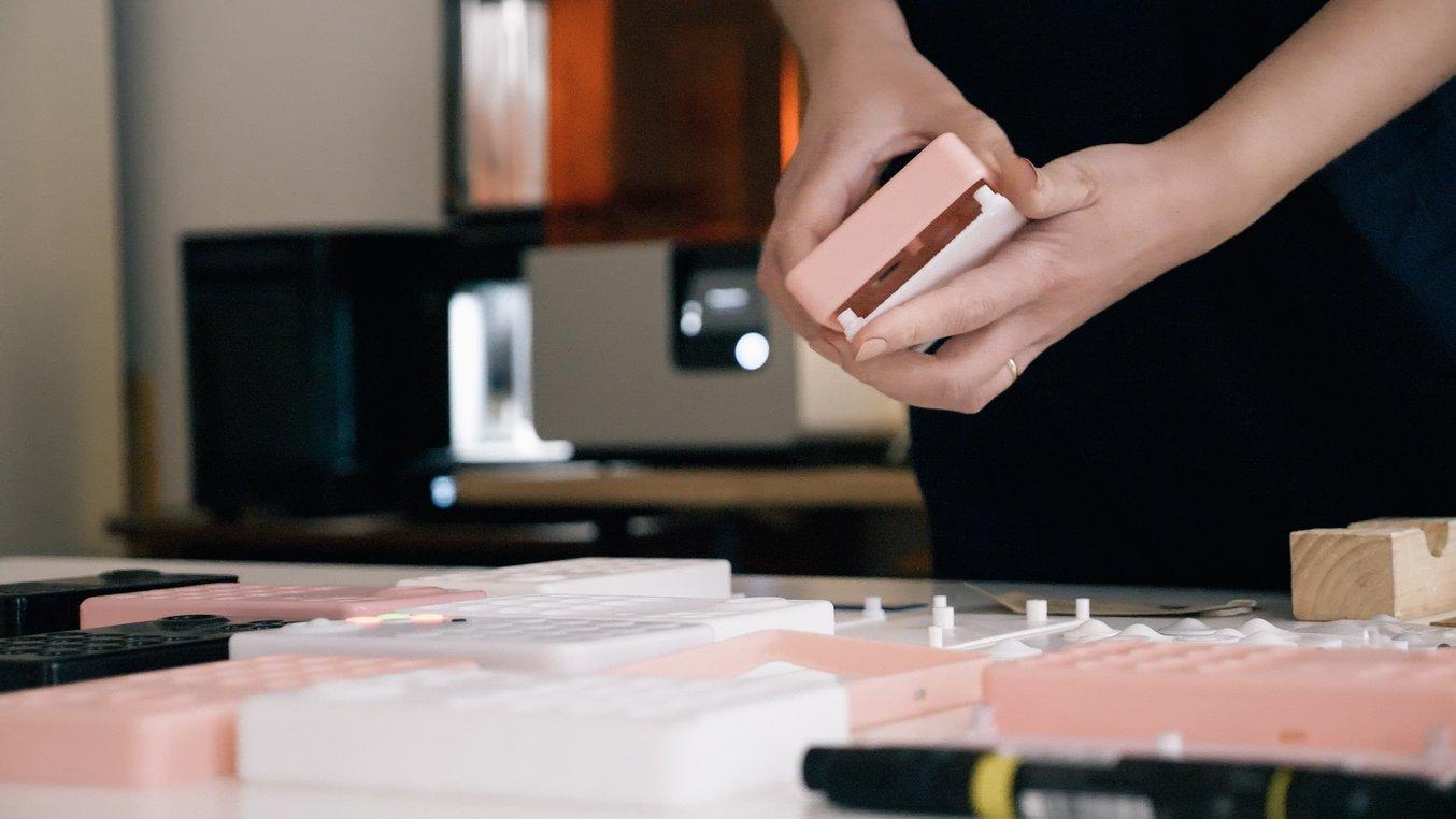 """Beam y su equipo utilizaron el Color Kit, la primera solución de mezclado de colores integrada para la impresión 3D SLA para crear prototipos de distintos colores, como el tono """"melocotón""""."""