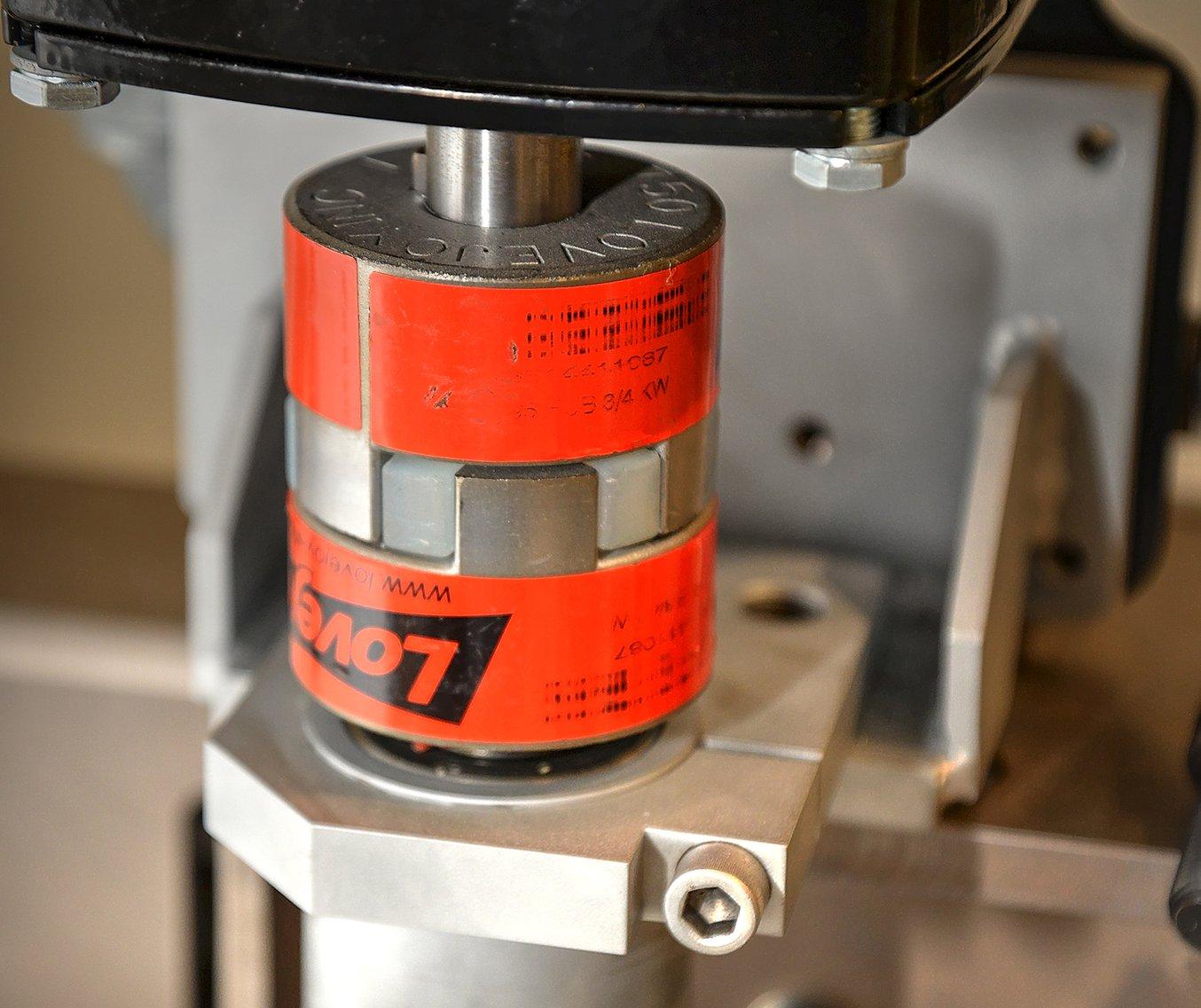 Cuando recibieron un acoplamiento de araña del tamaño equivocado que habían encargado para una de sus máquinas de pulido de lentes, Little imprimió una pieza de sustitución en 3D con la Durable Resin.