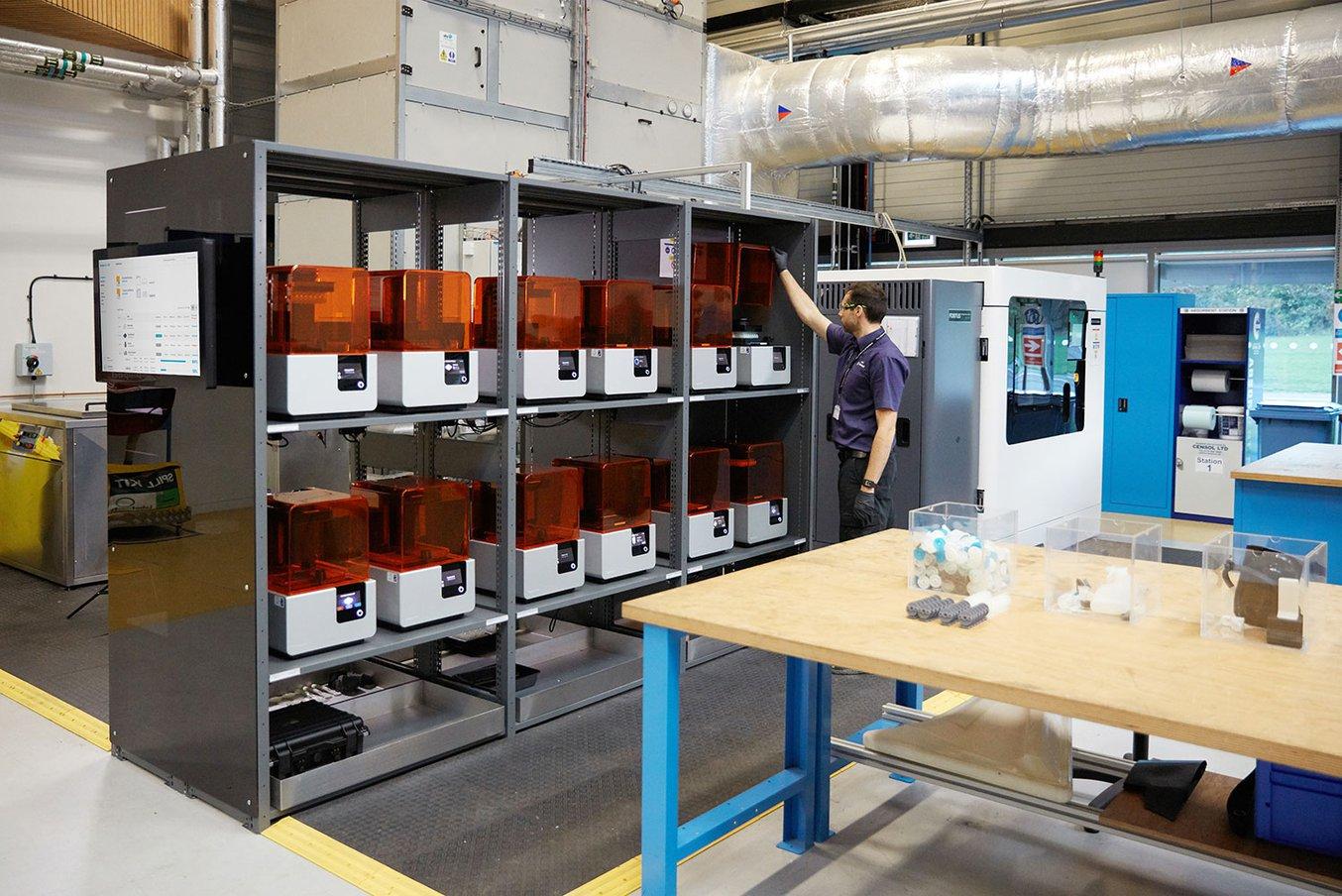 La postazione di stampanti 3D Form 2 presso la University of Sheffield Advanced Manufacturing Research Centre (AMRC) supporta il lavoro di centinaia di ingegneri.