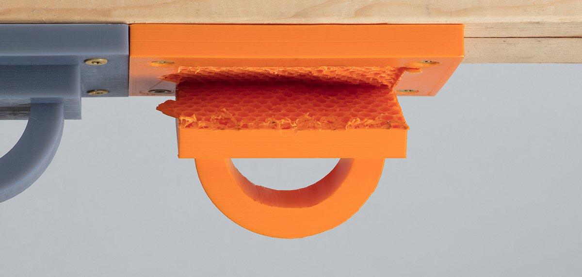 FDM-Drucke sind anisotrop – unter Gewichtseinwirkung kann es bei FDM-Druckteilen zum Versagen kommen, wenn sie nicht korrekt ausgerichtet sind oder nicht unter Berücksichtigung der Anisotropie modelliert wurden.