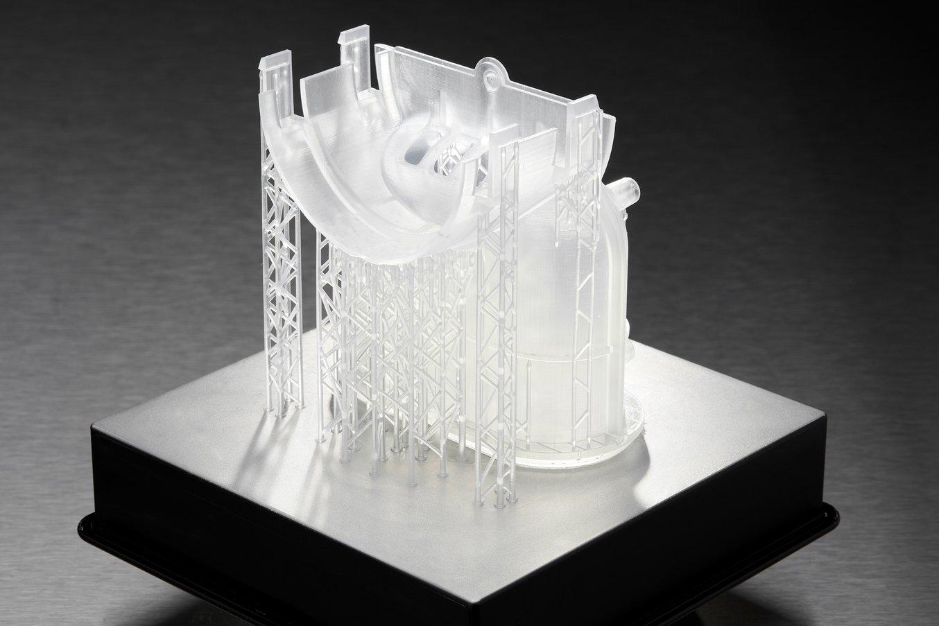 Ein Verteilerprototyp, der mit wenigen Stützstrukturen für Überhänge direkt auf der Konstruktionsplattform gedruckt wird.