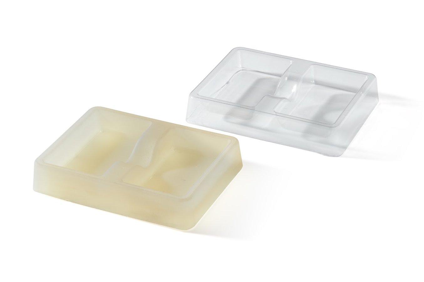 Un molde para moldeo en vacío impreso con la High Temp Resin de Formlabs, acompañado de la pieza final moldeada en vacío. La High Temp Resin tiene una temperatura de flexión bajo carga de 238 grados centígrados, lo bastante alta como para competir con term