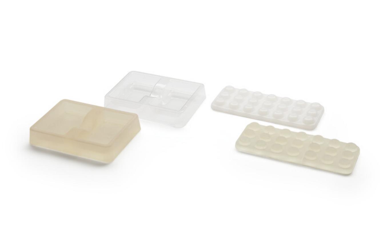 Moldes para moldeo en vacío realizados con la High Temp Resin, con piezas de plástico moldeadas en vacío acabadas y recortadas hasta su tamaño final.