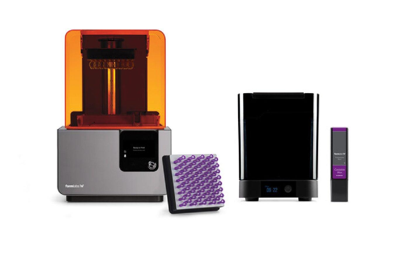 L'équipement complet pour l'impression 3D des moules de coulée imprimés en Castable Wax Resin : l'imprimante stéréolithographique Form 2, le poste de lavage automatisé Form Wash, une cartouche de Castable Wax Resin, une plateforme de fabrication.