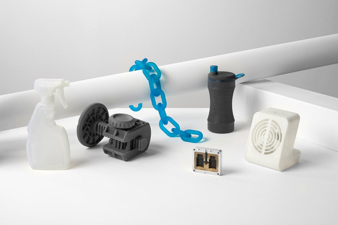 Vari prototipi stampati in 3D con una stampante 3D stereolitografica Form 2.