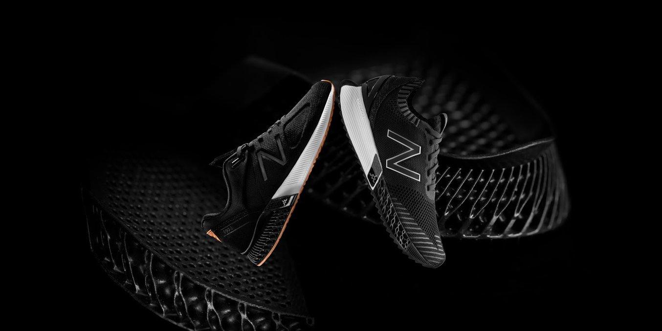 Zwei vor kurzem veröffentlichte Produkte von New Balance nutzen eine 3D-gedruckte Gitterstruktur, um Stöße aufzufangen und Energie zurückzugeben. Dabei sind sie leichter und benötigen weniger Material als herkömmlich gefertigte Teile.