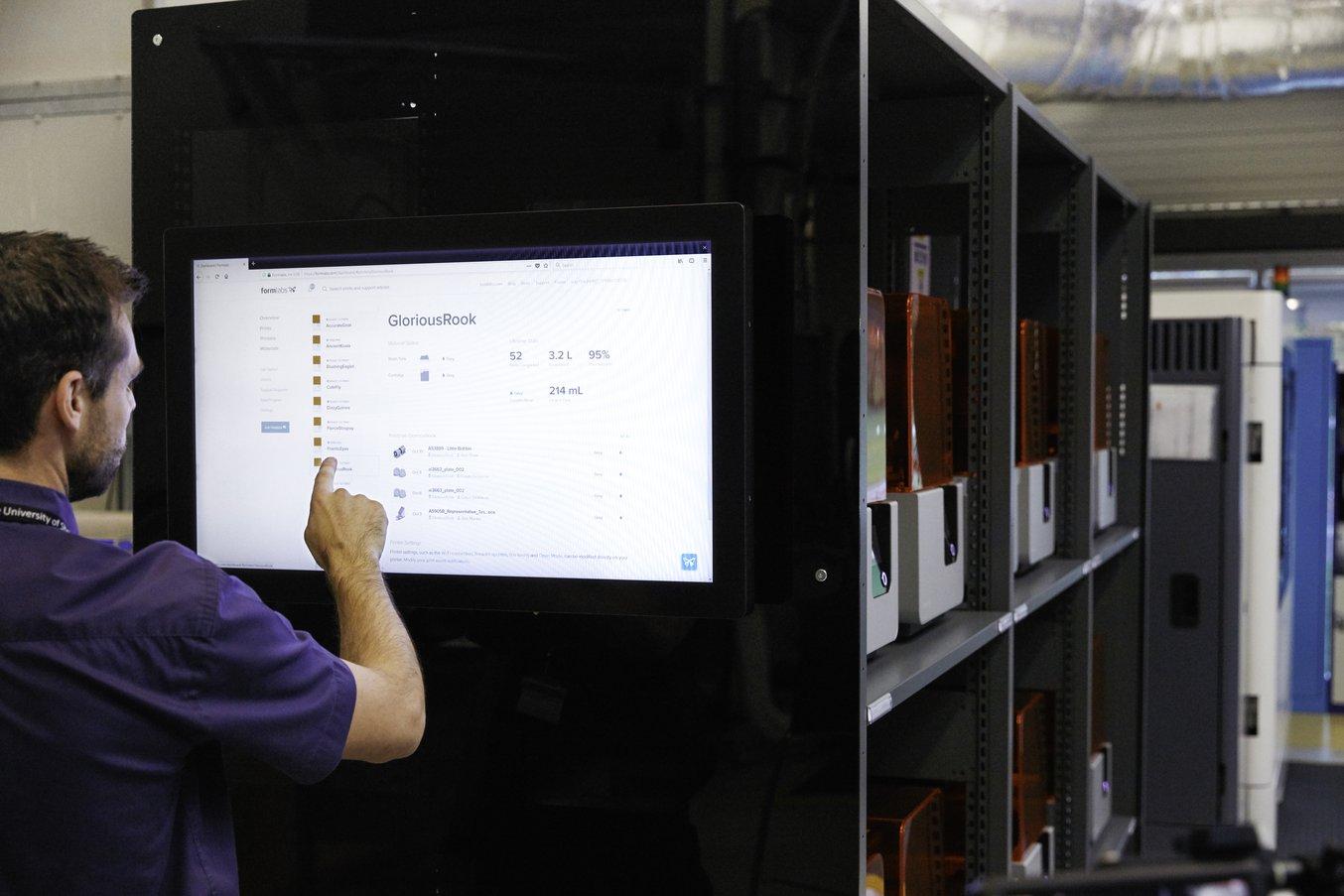 Los técnicos interactúan con las 12 máquinas a través de una pantalla táctil en la pared lateral de la estación que funciona con el software de Formlabs Dashboard y que proporciona información acerca del estado de las impresiones y los niveles de material.