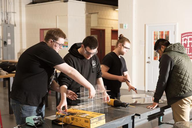 Le lycée de Somerville dans l'état du Massachussetts forme les étudiants à utiliser des technologies et des procédés récents dans leur labo de fabrication.
