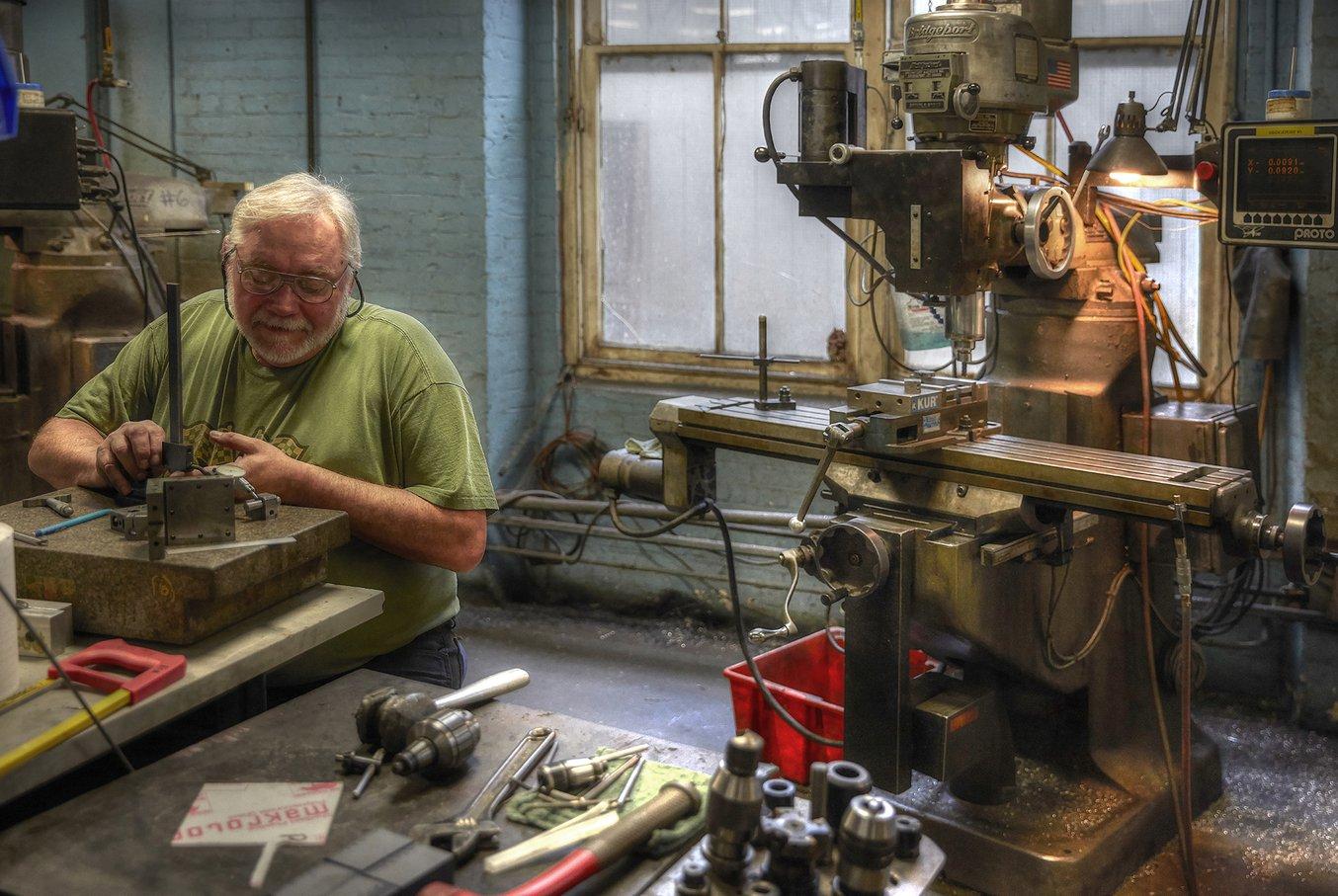 In der Werkstatt von A&M Tool and Design sind eine Vielzahl verschiedener Technologien vertreten, von Bridgeport CNC-Fräsen bis hin zu einem Desktop-SLA-3D-Drucker.
