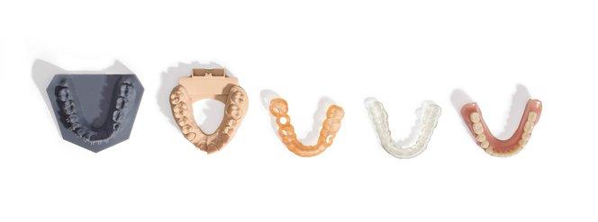 Le stampanti 3D dispongono di una vasta gamma di applicazioni. Da sinistra a destra: modello ortodontico, modello di corone e ponti, dima chirurgica, bite dentale e protesi dentale.