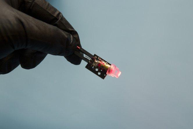 Fotos von Nix bereitgestellt. Da Lichtleiter sehr klein sind, wurde für manche Schritte ein größerer 3D-gedruckter Würfel verwendet, um das Prozedere so deutlicher zu machen.