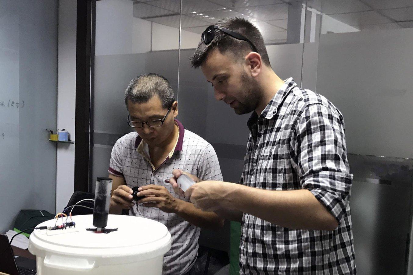 Kononsky y un equipo de ingenieros de producción locales emplearon los prototipos impresos en 3D como referente para las unidades de producción.